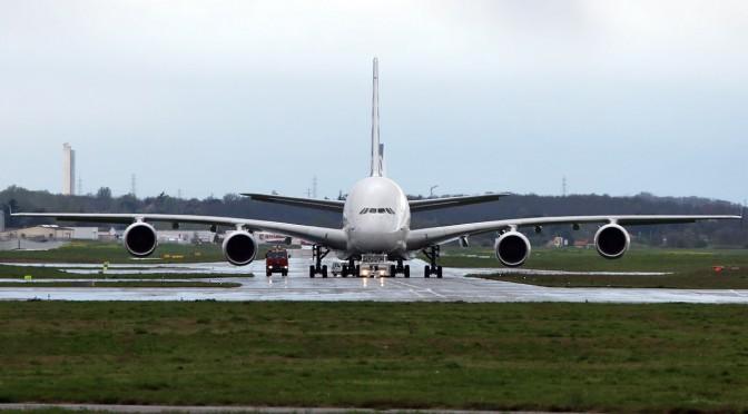A380 rollt zum Start
